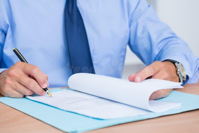 Download Homme D'affaires De Sourire Lisant Un Contrat Avant De Le Signer Image stock - Image du bureau, parcourez: 56482407