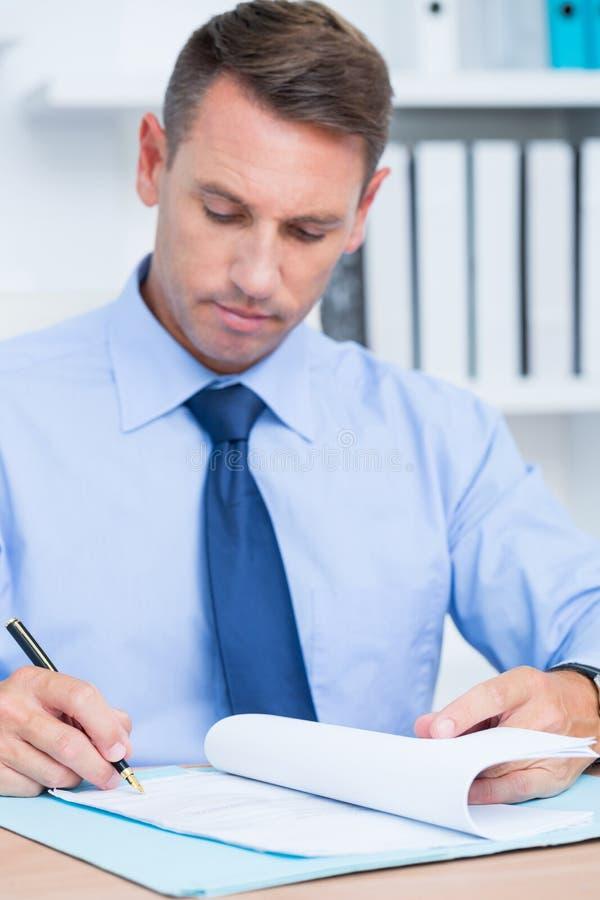 Download Homme D'affaires De Sourire Lisant Un Contrat Avant De Le Signer Photo stock - Image du homme, bureau: 56483684