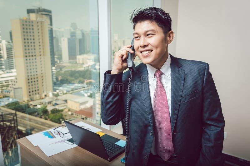 Homme d'affaires de sourire parlant au téléphone photos stock
