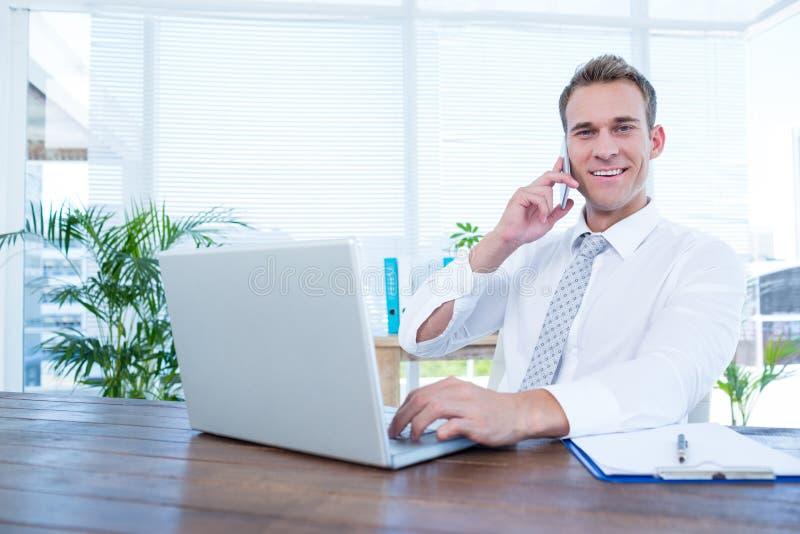 Download Homme D'affaires De Sourire Parlant Au Téléphone Photo stock - Image du chic, businessman: 56483944