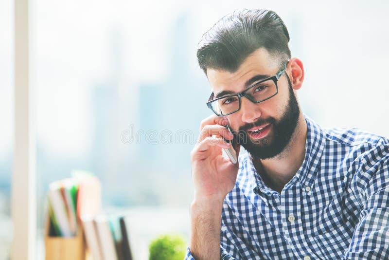 Homme d'affaires de sourire parlant au téléphone image stock