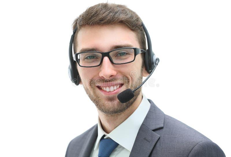 Homme d'affaires de sourire parlant sur le casque contre un backgroun blanc photo libre de droits