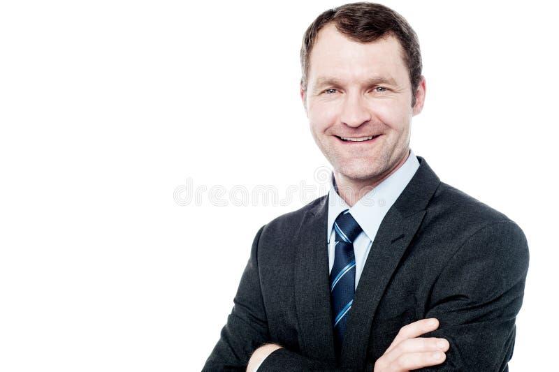 Homme d'affaires de sourire posant au-dessus du blanc photos stock