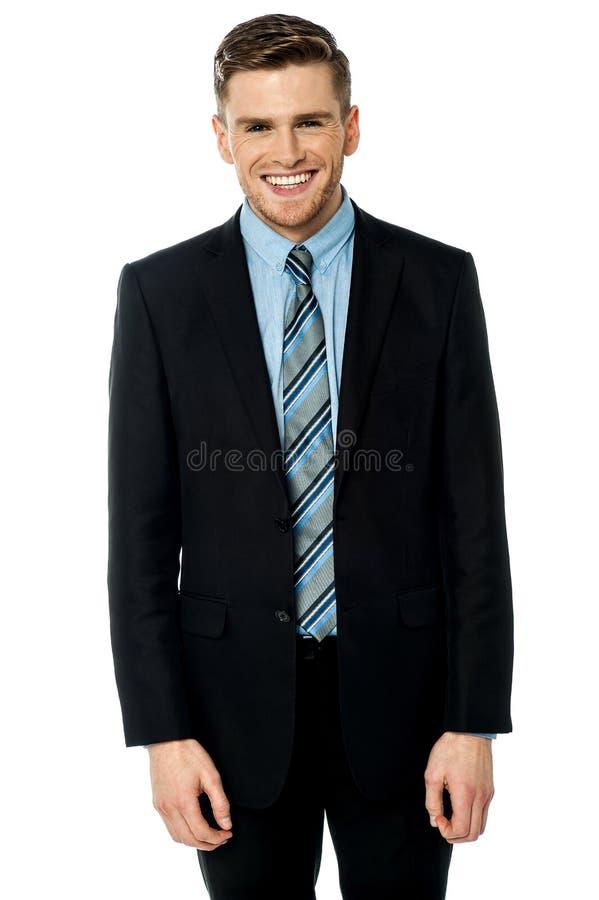 Homme d'affaires de sourire posant en passant photographie stock libre de droits