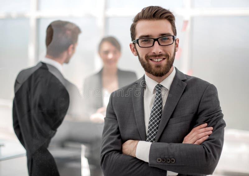 Homme d'affaires de sourire sur le fond du bureau photos stock