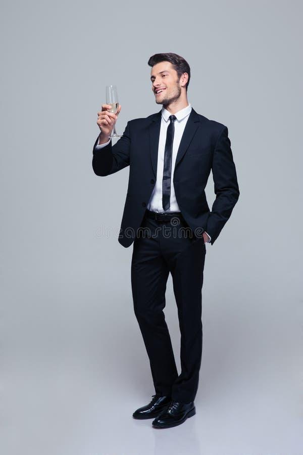 Homme d'affaires de sourire tenant le verre de champagne photo stock