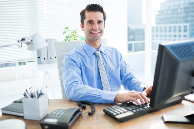 Download Homme D'affaires De Sourire Utilisant L'ordinateur Image stock - Image du workplace, bureau: 56481625