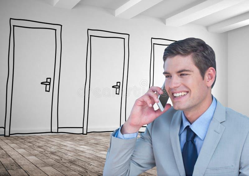 Homme d'affaires de sourire utilisant le téléphone intelligent contre les portes tirées photo stock
