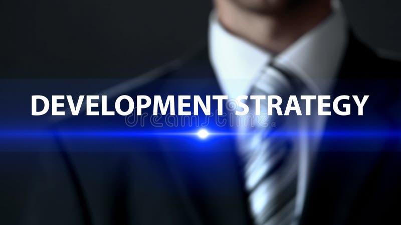 Homme d'affaires de stratégie de développement dans le costume se tenant devant le plan d'action d'écran images libres de droits