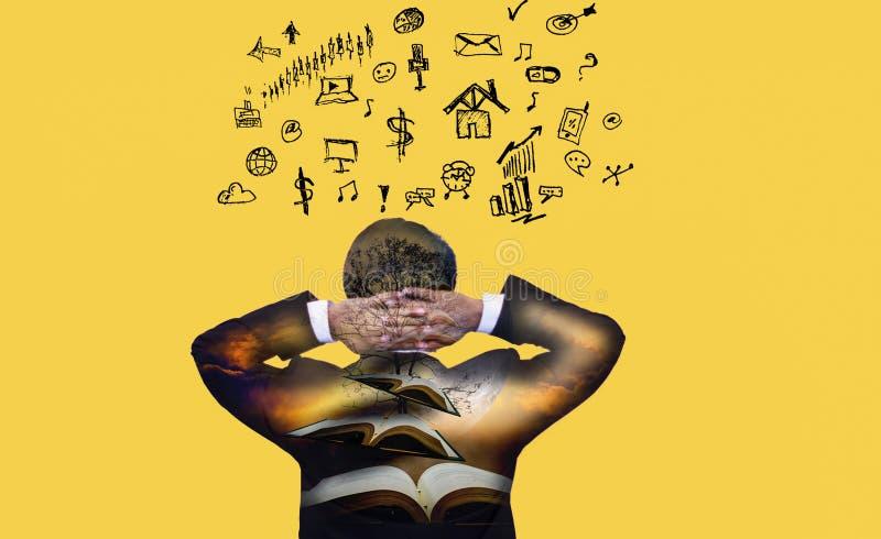 Homme d'affaires de vue arrière de dos de double exposition qui pense et idée sur le fond jaune, avec des icônes d'affaires et de photographie stock