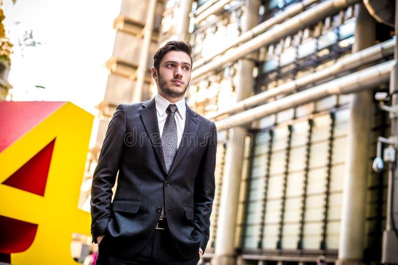 Homme d'affaires dehors photos stock
