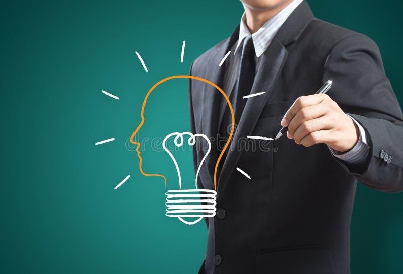 Homme d'affaires dessinant la métaphore d'ampoule pour la bonne idée illustration stock