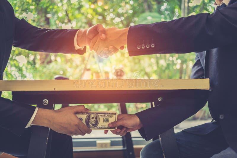 Homme d'affaires deux corrompu scellant l'affaire avec une poignée de main et recevant un argent de paiement illicite photographie stock libre de droits