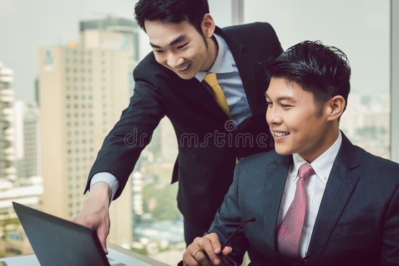 Homme d'affaires deux discutant sur l'ordinateur portable images stock