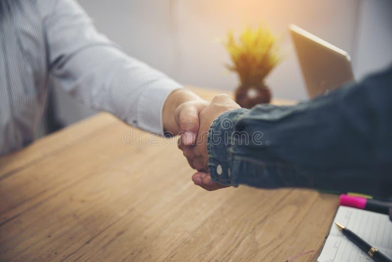 Homme d'affaires deux heureux se serrant la main illustration libre de droits