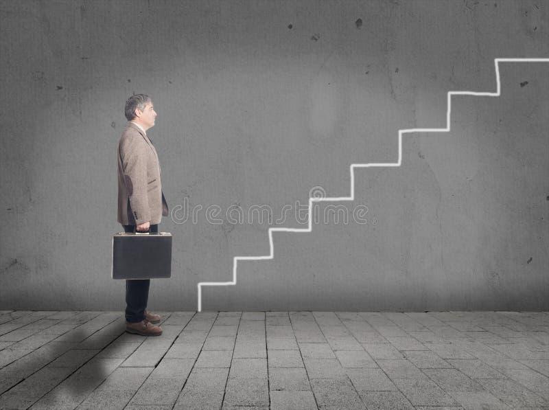 Homme d'affaires devant des escaliers de dessin photo stock