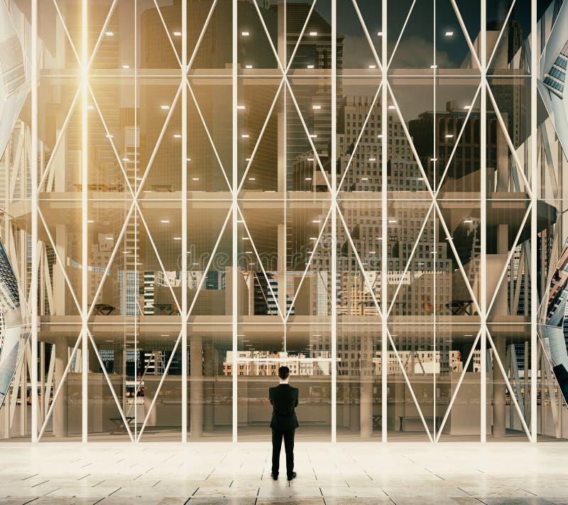Homme d'affaires devant l'entrée aux affaires vitreuses modernes image stock