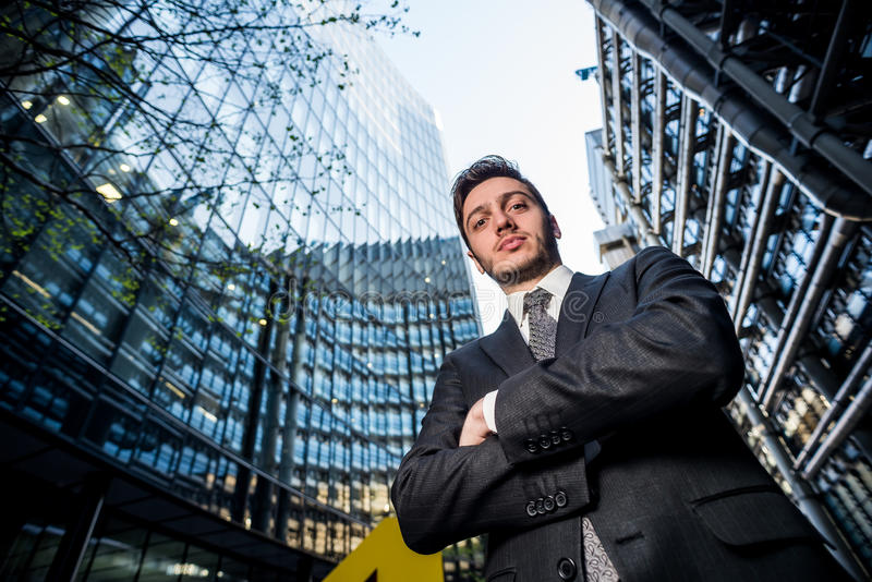 Homme d'affaires devant ses bureaux images stock