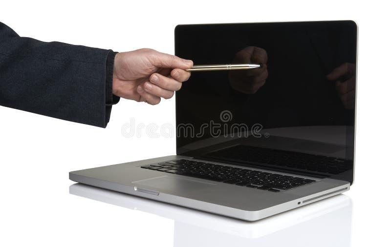 Homme d'affaires dirigeant l'ordinateur portable avec un stylo photos libres de droits