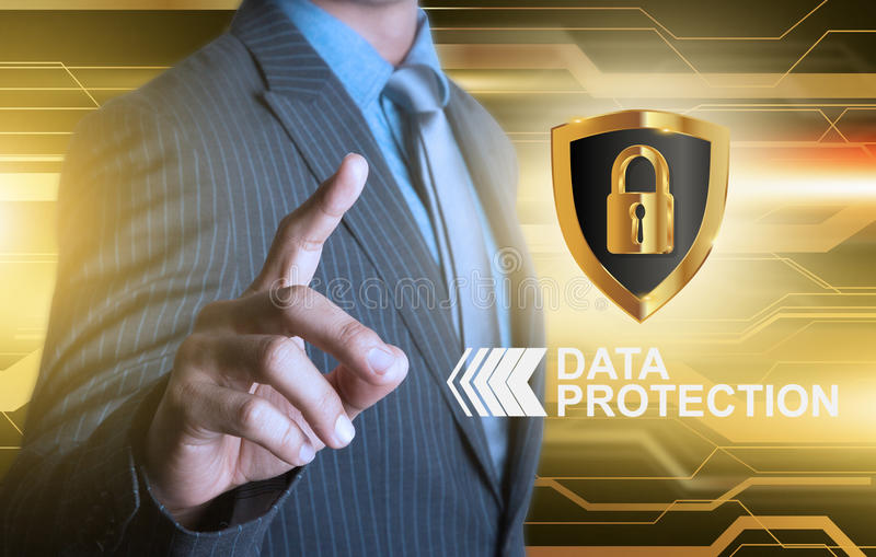 Homme d'affaires dirigeant le bouclier de protection des données photographie stock libre de droits