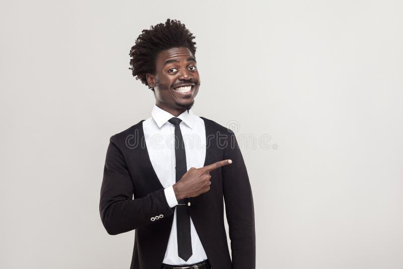 Homme d'affaires dirigeant le doigt à l'espace de copie et au sourire tothy photos stock