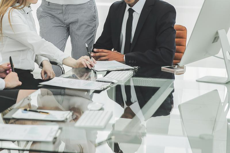 Homme d'affaires discutant avec les conditions de contrat d'?quipe d'affaires photo stock
