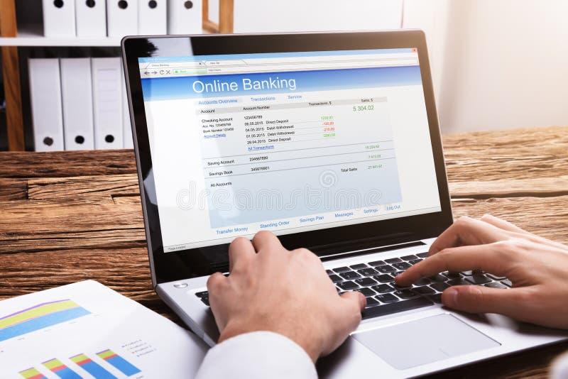 Homme d'affaires Doing Online Banking sur l'ordinateur portable images libres de droits