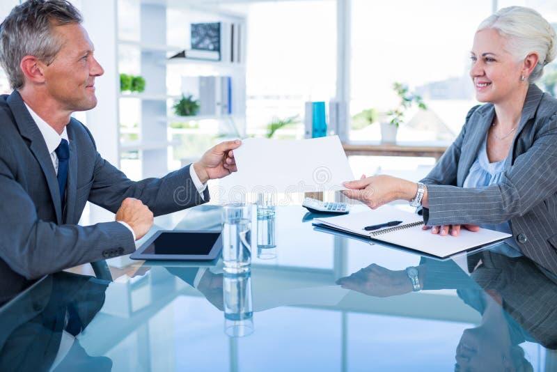 Download Homme D'affaires Donnant Le Papier Au Collègue De Hos Image stock - Image du jour, mûr: 56481649