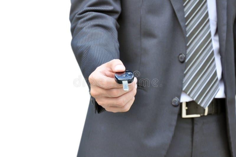 Homme d'affaires donnant une clé de voiture - vente de voiture et concept d'entreprise de location images libres de droits
