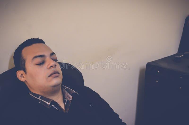 Homme d'affaires dormant dans le bureau photographie stock