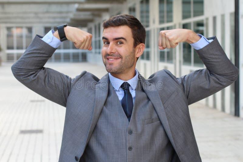 Homme d'affaires drôle élégant fléchissant ses muscles photographie stock libre de droits