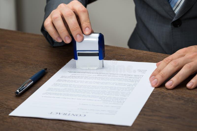 Homme d'affaires emboutissant le document images stock