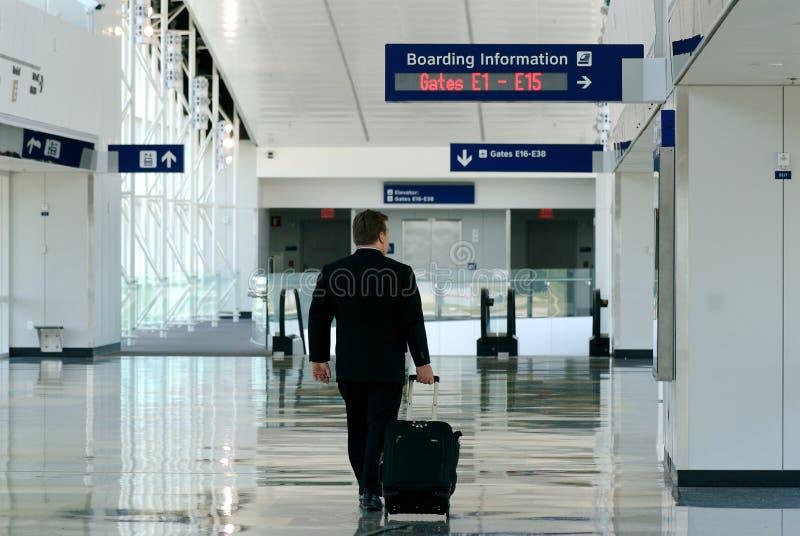Homme d'affaires en voyage dans le terminal image libre de droits