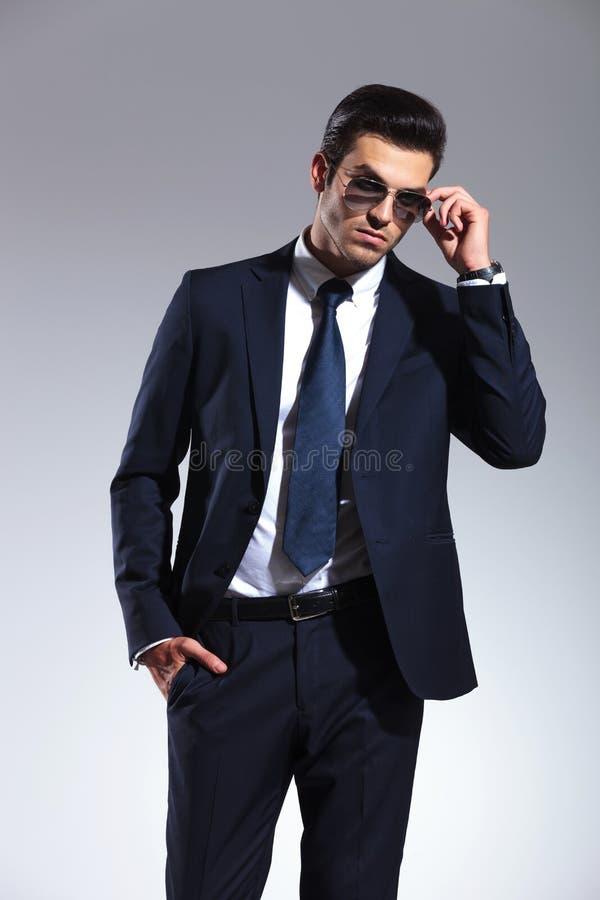 Homme d'affaires enlevant ses lunettes de soleil images stock