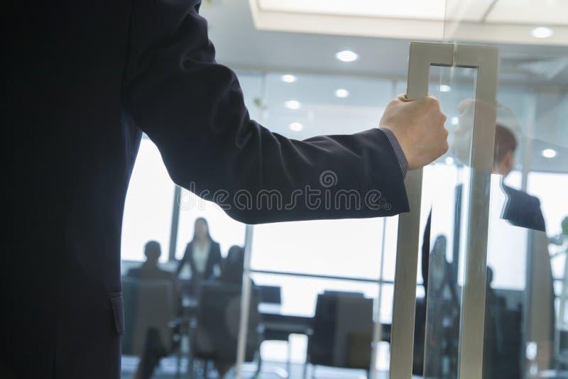 Homme d'affaires Entering un bureau photos libres de droits