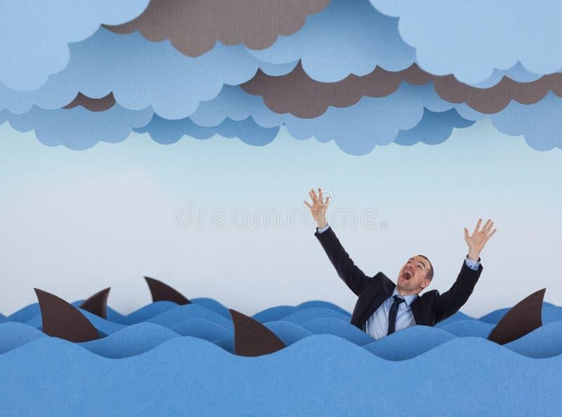 Homme d'affaires entouré par des requins en mer orageuse photos libres de droits