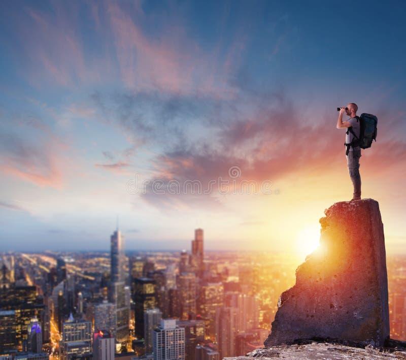 Homme d'affaires envisageant l'avenir pour de nouvelles opportunités commerciales images stock