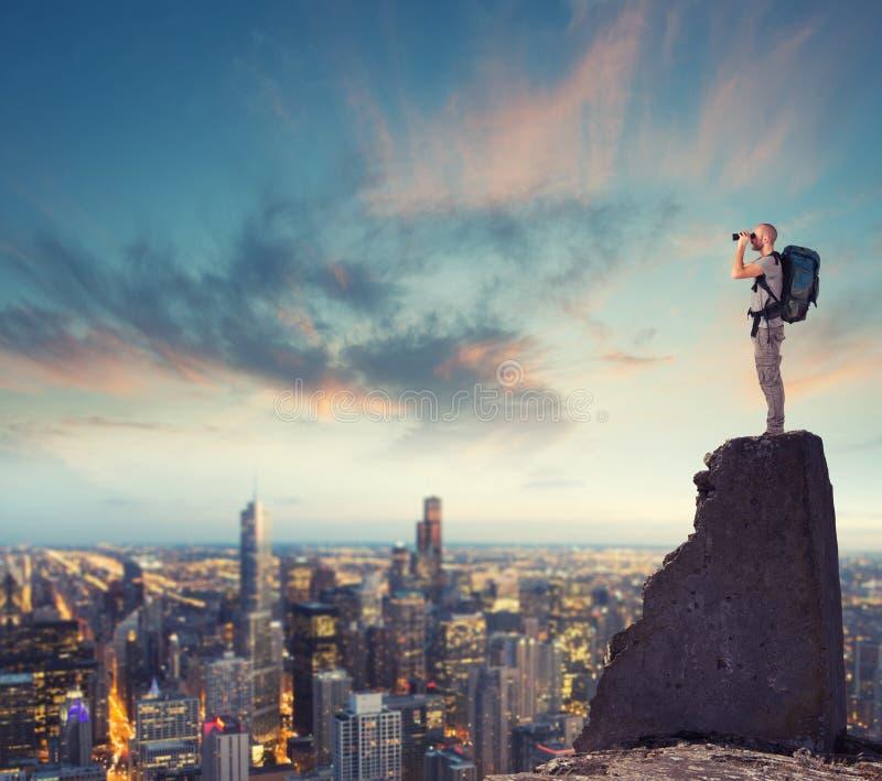 Homme d'affaires envisageant l'avenir pour de nouvelles opportunités commerciales photographie stock libre de droits