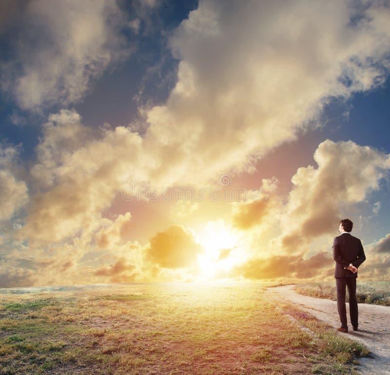 Homme d'affaires envisageant l'avenir pour la nouvelle opportunité commerciale image libre de droits
