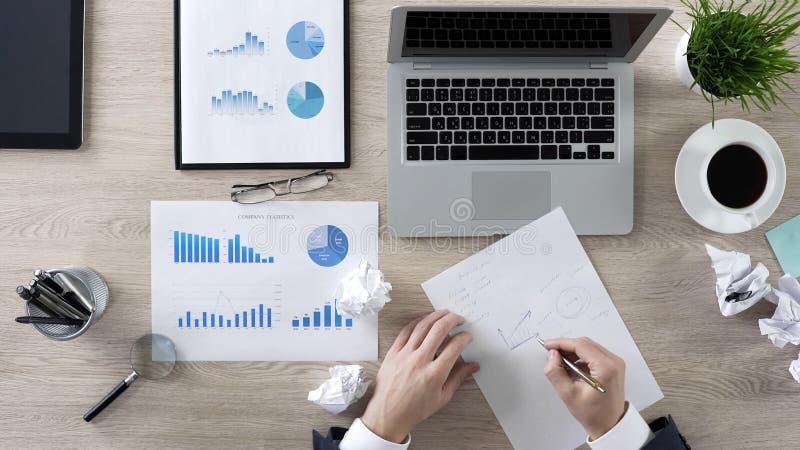 Homme d'affaires essayant de créer la nouvelle stratégie commerciale réussie, écrivant ses idées image stock