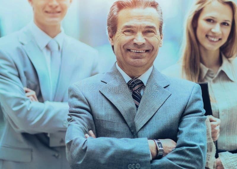 Homme d'affaires et équipe réussie d'affaires au regard de bureau photo stock