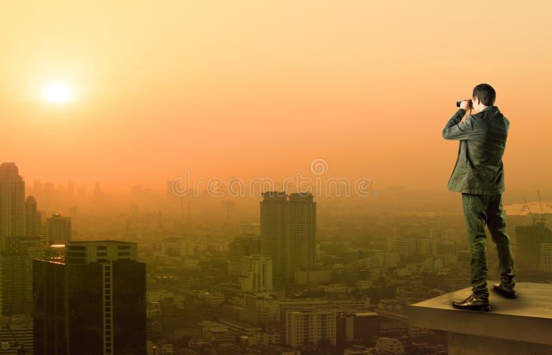 Homme d'affaires et action de espionnage binoculaire debout sur l'offi image libre de droits