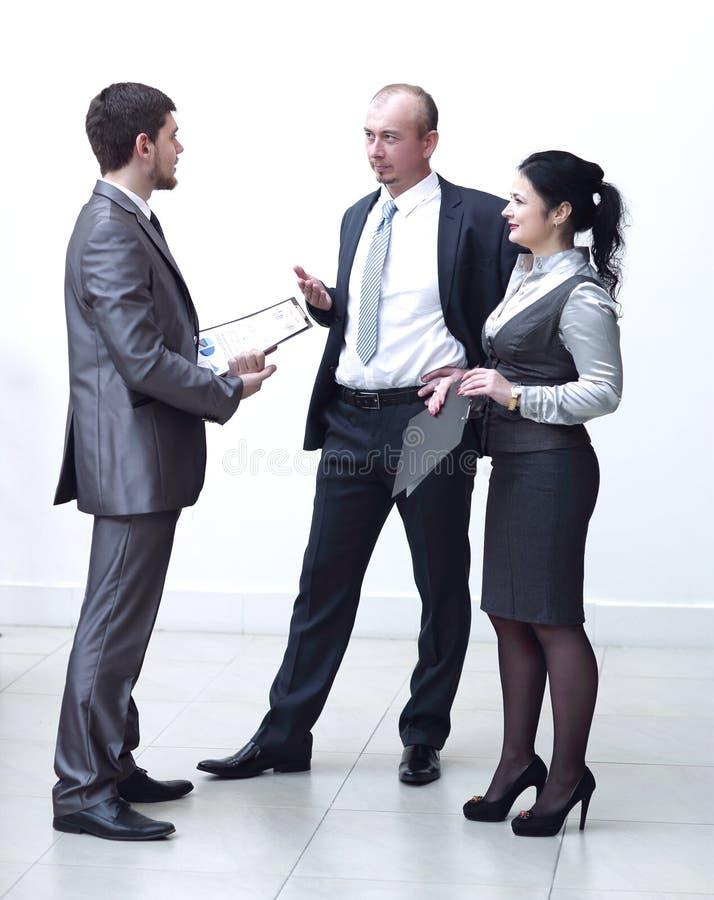 Homme d'affaires et employ?s pour discuter les disques financiers photographie stock libre de droits