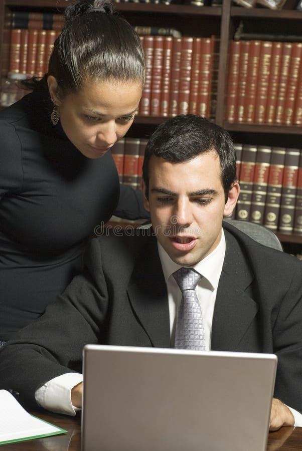 Homme d'affaires et femme à l'ordinateur portatif - verticale photographie stock