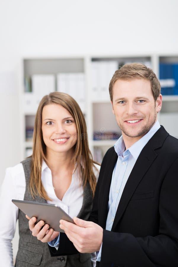 Homme d'affaires et femme amicaux dans un bureau photographie stock