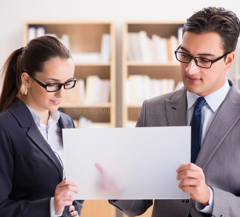 Homme d'affaires et femme d'affaires ayant la discussion dans le bureau photographie stock libre de droits