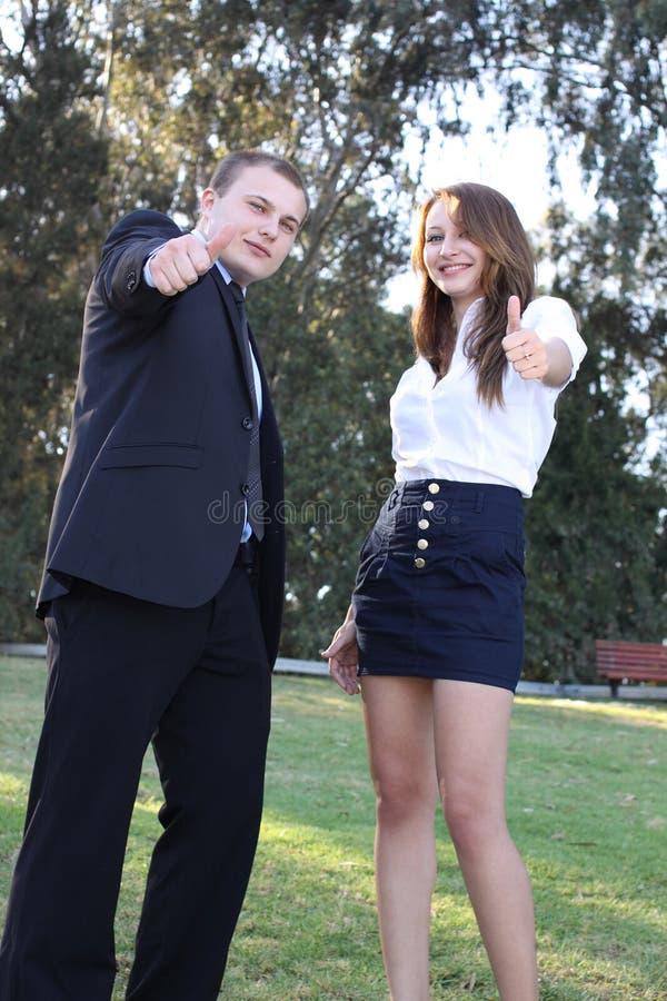Homme d'affaires et femme d'affaires affichant des pouces vers le haut photo libre de droits