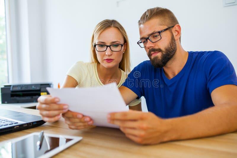 Homme d'affaires et femme d'affaires analysant quelques documents Business photos libres de droits
