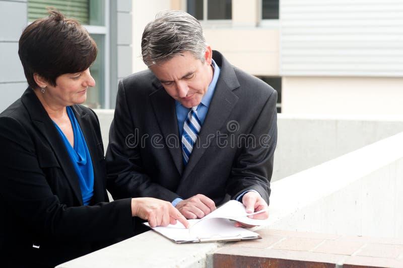 Homme d'affaires et femme d'affaires au travail image stock
