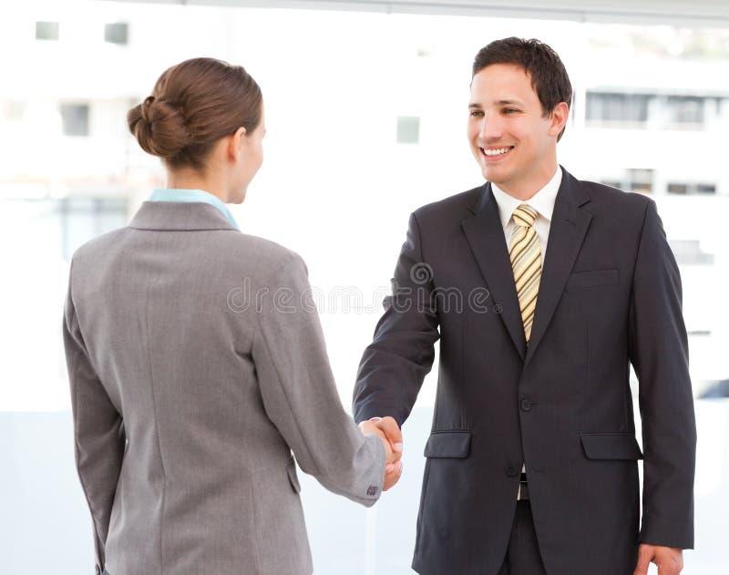 Homme d'affaires et femme d'affaires concluant une affaire image stock